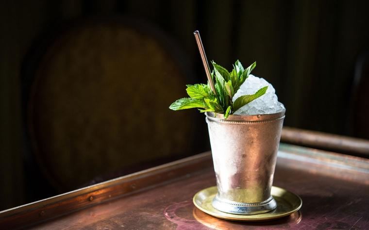 mintjulep_cocktail_δυόσμος_ποτήρι_μπαρ_ποτό_πάγος_καλαμάκι_μπαρ