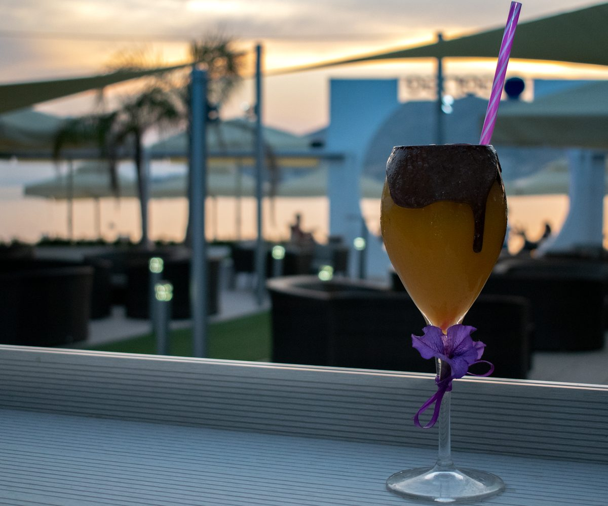 cocktail_ηλιοβασίλεμα_θάλασσα_παραλία_πισίνα_ποτό_τέχνη_μπαρ_beach bar_σαλαμινα