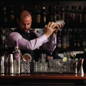 shaking_cocktail_ανάμιξη_χτύπημα_ποτό_bar_barman_bartender